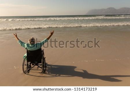 Widok z tyłu niepełnosprawnych starszy człowiek broni plaży Zdjęcia stock © wavebreak_media