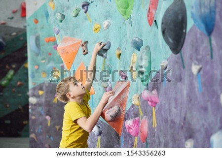 Cute écolier regarder escalade spéciale Photo stock © pressmaster