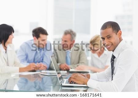 Zijaanzicht halfbloed zakenman met behulp van laptop business seminar Stockfoto © wavebreak_media