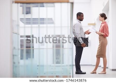 Seitenansicht Geschäftsfrau Geschäftsmann Unterzeichnung Stock foto © wavebreak_media