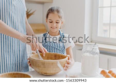 Nieuwsgierig klein vrouwelijke helper moeder Stockfoto © vkstudio