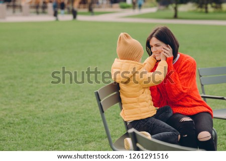Blij jonge mamma dochter zitten Open Stockfoto © vkstudio