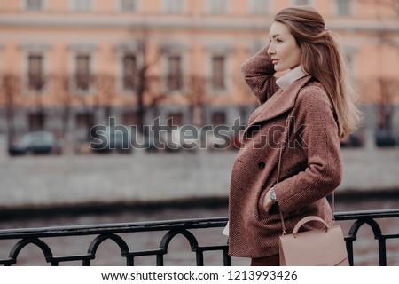 Abrigo mujer hermosa elegante mano bolsillo centrado Foto stock © vkstudio