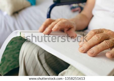 Senior caucasiano masculino paciente leitura Foto stock © wavebreak_media
