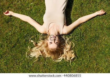 Prachtig jonge vrouw blond haar comfortabel bed warm Stockfoto © dash