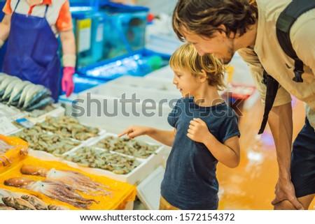 Vader zoon markt ruw zeevruchten groothandel Stockfoto © galitskaya