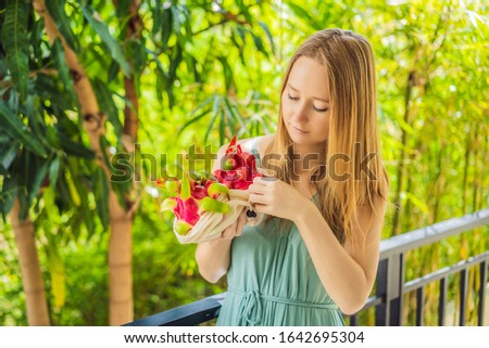 Dragão fruto saco feminino mãos Foto stock © galitskaya