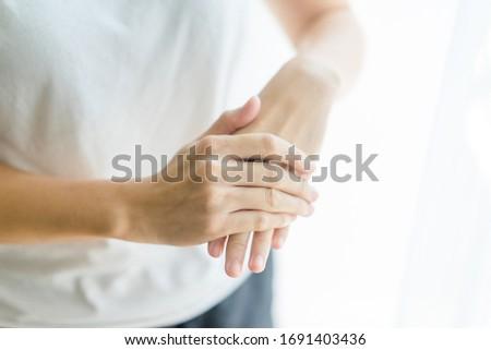 Main mains femme gel liquide Photo stock © Maridav