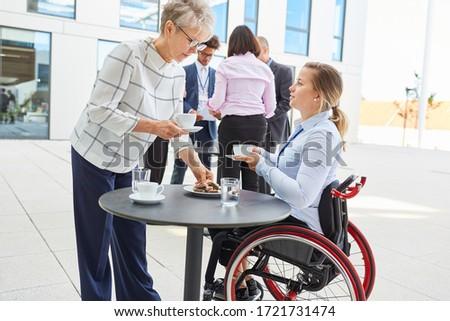 Imprenditrice sedia a rotelle colleghi fuori edificio per uffici donna Foto d'archivio © photography33
