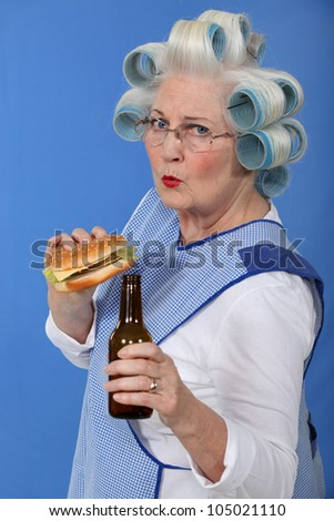 Funny Bild Oma Haar Cheeseburger Bier Stock foto © photography33