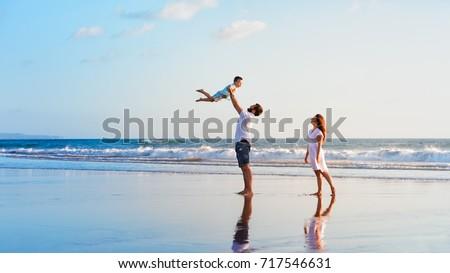 Homens areia pessoas mar praia férias Foto stock © ia_64