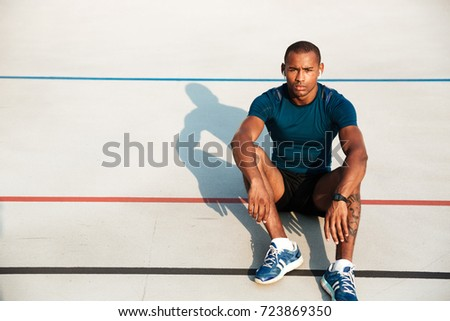 Ernstig jonge sport man stadion buitenshuis Stockfoto © deandrobot