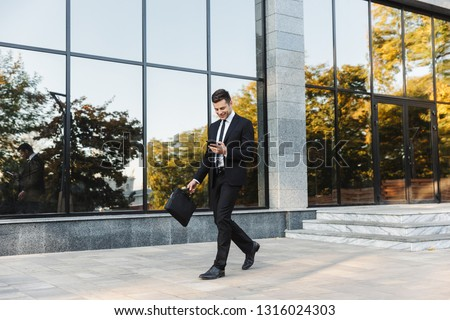 Foto vrolijk suits lopen outdoor Stockfoto © deandrobot