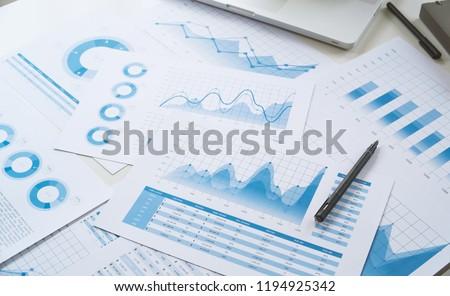 Işadamı analiz grafik veri kâğıt iş Stok fotoğraf © Freedomz