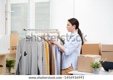Gestionnaire contemporain ligne magasin vêtements Photo stock © pressmaster