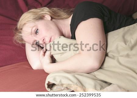 Vrouw binnenkant slaapkamer koffie technologie pijn Stockfoto © Lopolo