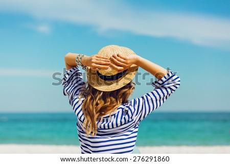 Bella donna paglietta blu shirt guardando fotocamera Foto d'archivio © dashapetrenko