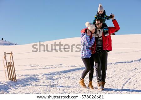 Apa lánygyermek élvezi hó nappal kezek Stock fotó © Lopolo