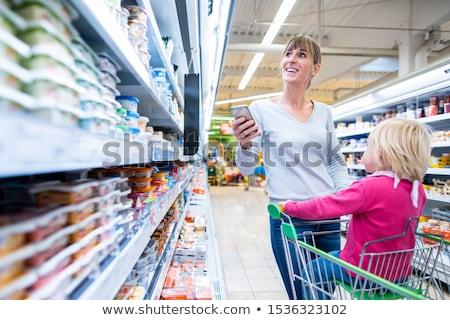 Femeie copil proaspăt departament supermarket cumpărături Imagine de stoc © Kzenon