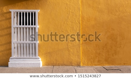 Amarillo colonial pared rojo ventana casa Foto stock © jkraft5