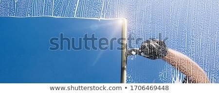 Limpador de janelas pequeno pessoas em pé limpeza óculos Foto stock © compuinfoto