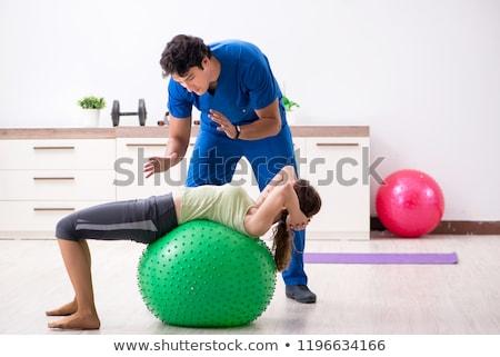 Fitness instructeur helpen oefening vrouw Stockfoto © Elnur