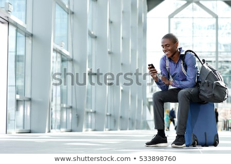 Сток-фото: улыбаясь · молодые · бизнесмен · чемодан · сидят