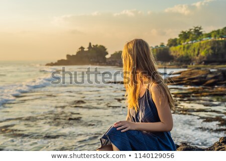 Mulher jovem turista templo oceano bali Indonésia Foto stock © galitskaya