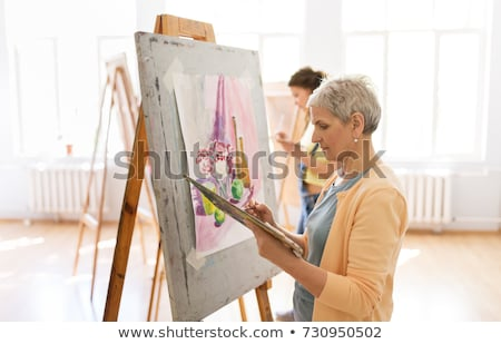 Zdjęcia stock: Starszy · kobieta · malarstwo · sztuki · szkoły · studio