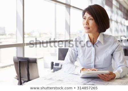 üzletasszony gondolkodik dől üzletasszony fal felfelé néz Stock fotó © Maridav