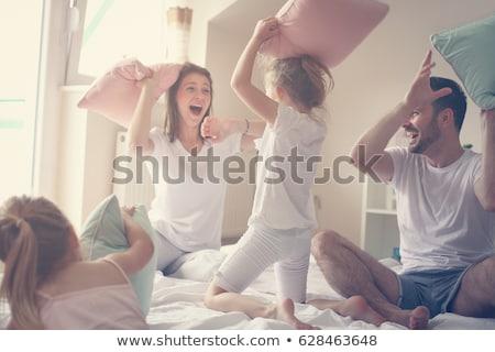 aile · eğlence · anne · kız · yastık · kavgası · yatak · odası - stok fotoğraf © get4net