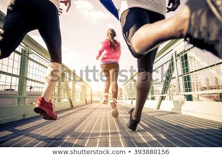 Znajomych uruchomiony młodych skoki kobieta trawy Zdjęcia stock © ongap