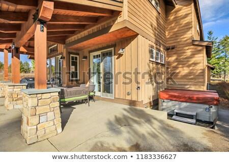 Acasă spatios înapoi patio cada cu hidromasaj Imagine de stoc © iriana88w