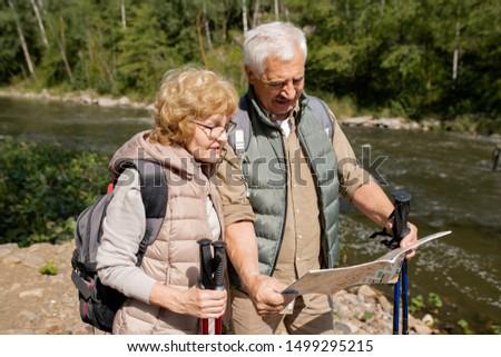 Contemporanea anziani guardando guidare mappa viaggio Foto d'archivio © pressmaster
