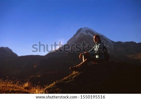 Randonneur sac à dos trekking montagne Géorgie vue arrière Photo stock © boggy