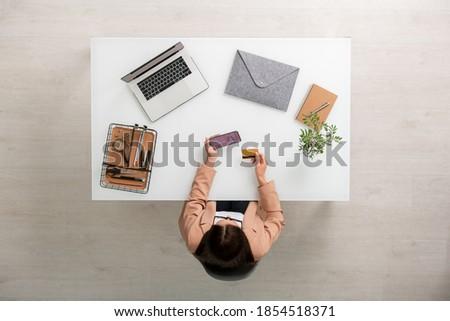 Emberi kéz tart okostelefon óra videó jóga Stock fotó © pressmaster