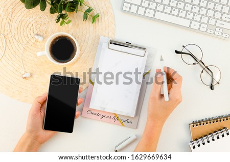 Layout mains femme d'affaires smartphone organigramme Photo stock © pressmaster