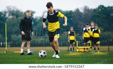 Voetballer springen opleiding toonhoogte voetbal uitrusting Stockfoto © matimix