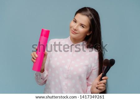 Satisfecho de pelo largo morena femenino Foto stock © vkstudio