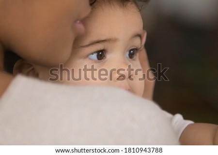 Sötét egészséges fürtös fiatal nő hüvelykujj felfelé Stock fotó © vkstudio