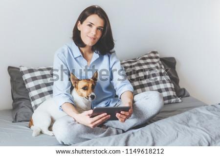 Kellemes néz barna hajú női pizsama modern Stock fotó © vkstudio