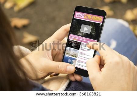 Strony smartphone oglądania wideo klip ekranu Zdjęcia stock © karetniy