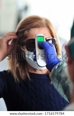 Médicaux infirmière température vérifier fièvre Photo stock © lovleah