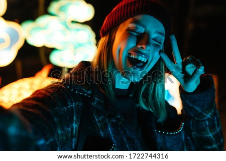Foto bella gioioso donna ridere Foto d'archivio © deandrobot