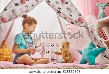 Kız oynama çay parti oyuncak çocuklar Stok fotoğraf © dolgachov