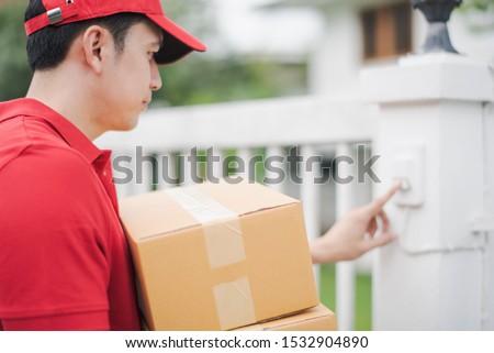 Homme livraison porte d'entrée maison Photo stock © feverpitch
