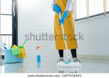 Vrouw huishoudster emmer schoonmaken vloer home Stockfoto © snowing