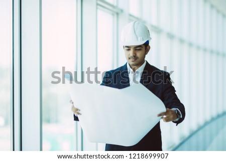 Közelkép építész hív vásárló fehér üzlet Stock fotó © wavebreak_media