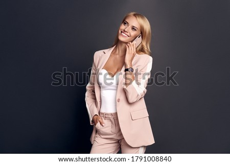 Jeune femme main hanche blanche sourire Photo stock © wavebreak_media