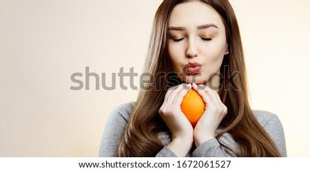 Mulher atraente íntimo retrato potável fruto de laranja bela mulher Foto stock © cboswell